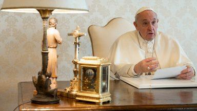 Mesmo isolados, podemos contar com a criatividade do amor, diz Papa