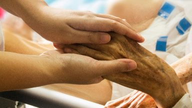 Papa destaca testemunho de coragem dos enfermeiros e obstetras