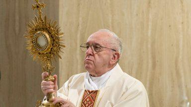 Após rezar pelas vítimas da covid-19, Papa diz: Não há fé sem liberdade