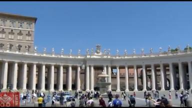 Praça de São Pedro recebe centenas de fiéis no domingo