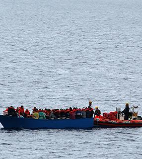 Na Líbia, 45 pessoas morrem no maior naufrágio registrado no ano