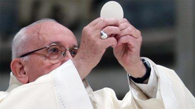 Eucaristia é fonte da vida e da missão da Igreja, recorda o Papa