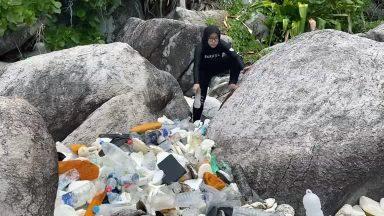 Recicladores da Malásia transformam plástico em móveis