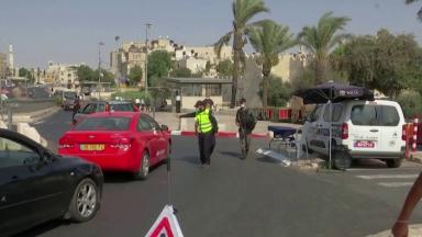 Israel volta a fechar o comércio com aumento de casos de covid-19