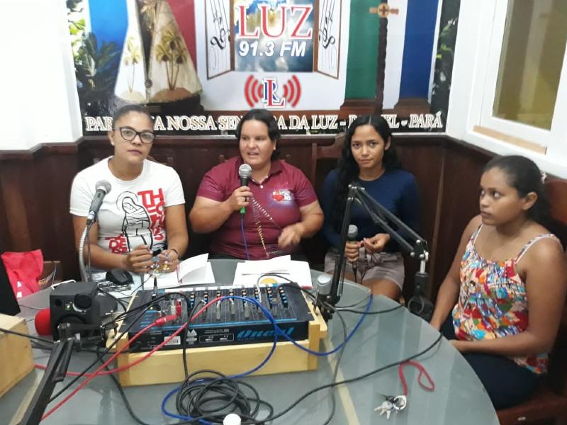 Irma-Sueli durante oração do terço na rádio local / Foto: Benedito Mota