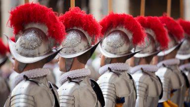 Papa saúda novos recrutas da Guarda Suíça em audiência no Vaticano