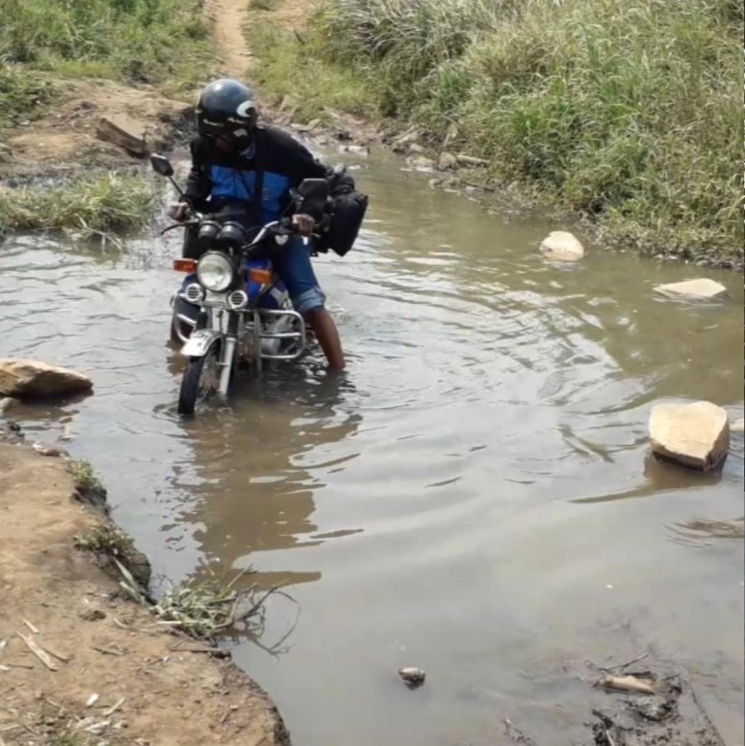 Para chegar às aldeias, o trajeto é feito de moto, que enfrenta caminhos desafiadores / Foto: Arquivo Pessoal