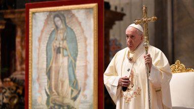 Contemplar Maria e transformar nossa vida em um dom, pede Papa