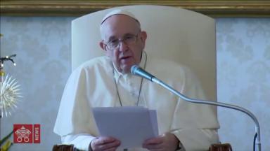 Papa na catequese: o Natal é o fogo eterno que Deus acendeu no mundo
