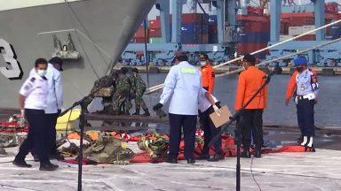Indonésia interrompe buscas por avião que caiu com 62 pessoas