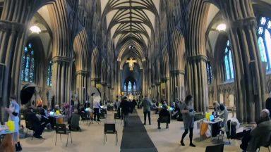 Na Grã-Bretanha, catedral se torna centro de vacinação contra pandemia
