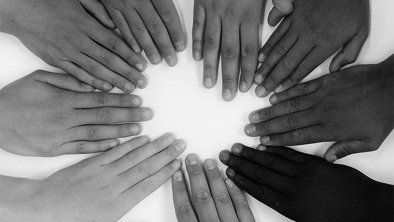 mãos unidas como símbolo da fraternidade humana