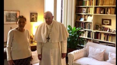 Papa Francisco visita escritora que sobreviveu ao Holocausto