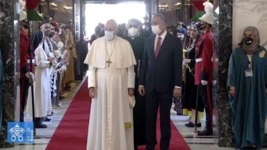 Papa chega ao Iraque e começa a visita por Bagdá