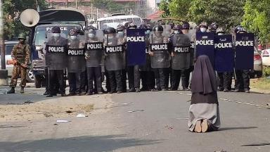 Freira em Mianmar pede, de joelhos, que polícia poupe manifestantes