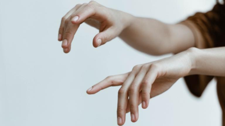 linguagem-gestuais-sinais-libras_David-Fanuel-on-Unsplash.jpg