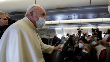 Papa saúda jornalistas no voo ao Iraque e recebe prêmio