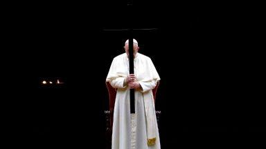 Papa preside Via-Sacra com meditações ilustradas por crianças