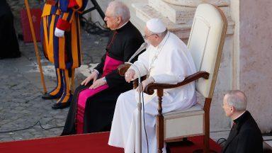 A oração não faz mágicas, é preciso rezar com humildade, diz Papa