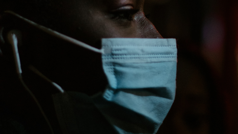 covid pandemia coronavirus Alex Motoc on Unsplash Em 24 horas, Brasil registra 910 mortes por Covid-19
