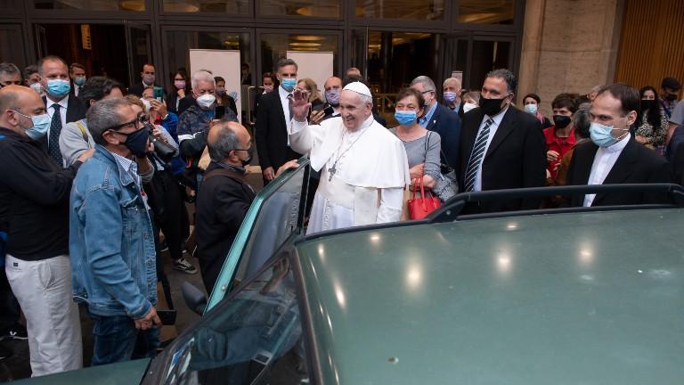 papa saúda refugiados e sem-teto