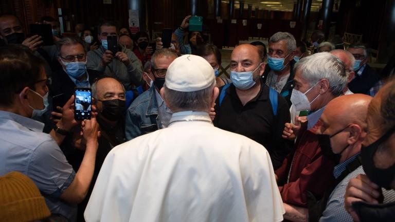 papa reunido com refugiados e sem-teto