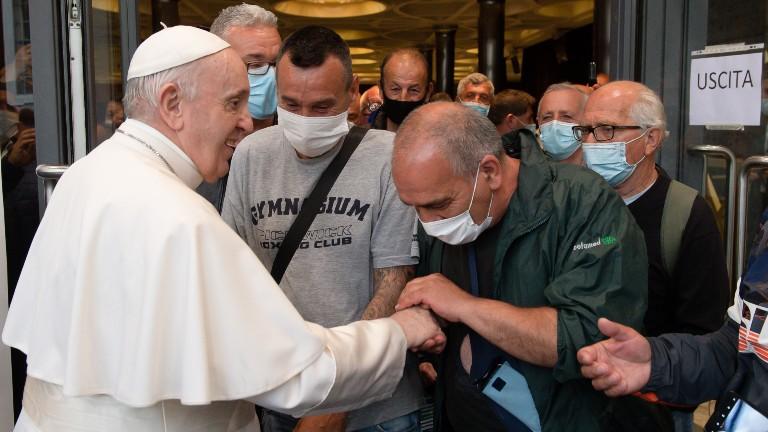 papa cumprimenta grupo de refugiados e sem-teto