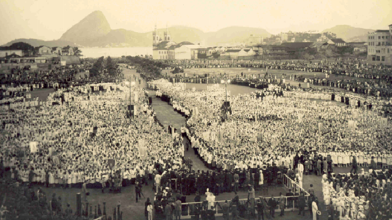 sem títuloMultidão na Esplanada do Castelo na proclamção da Padroeira do Brasil Acervo CDM Santuário Nacional Há 90 anos, Brasil ganhava padroeira: Nossa Senhora Aparecida