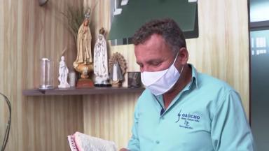 Conheça a história do comerciante Roque, um homem de fé
