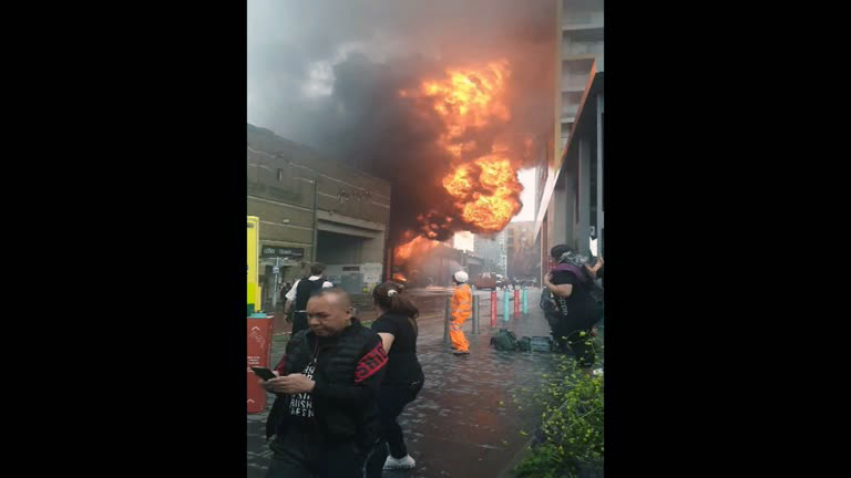 Incendio metro Londres Reuters Em Londres, incêndio atinge metrô e lança bola de fogo no ar
