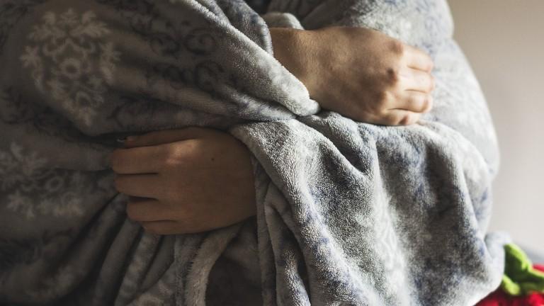 pessoa envolta em cobertor - campanhas solidárias de inverno