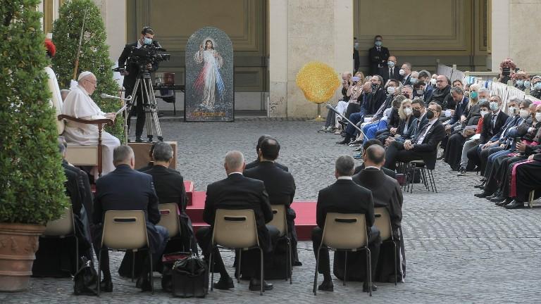 no pátio são dâmaso, a catequese do papa sobre a oração