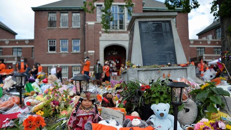 memorial após descoberta no canadá dos restos mortais de 215 crianças