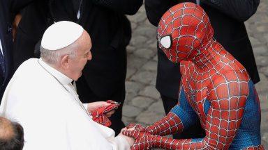Papa se depara com Homem-Aranha que faz sorrir crianças doentes