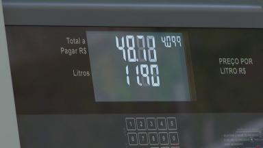 Redução do preço da gasolina nas refinarias não chega ao consumidor