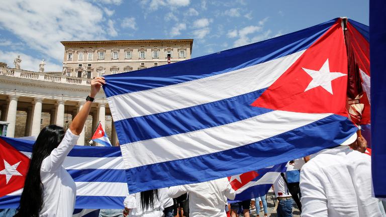 Cubanos bandeiras cuba Angelus Praça de São Pedro Vaticano Foto REUTERS Remo Casilli Que a mensagem do Papa ajude a construir pontes, diz religioso em Cuba