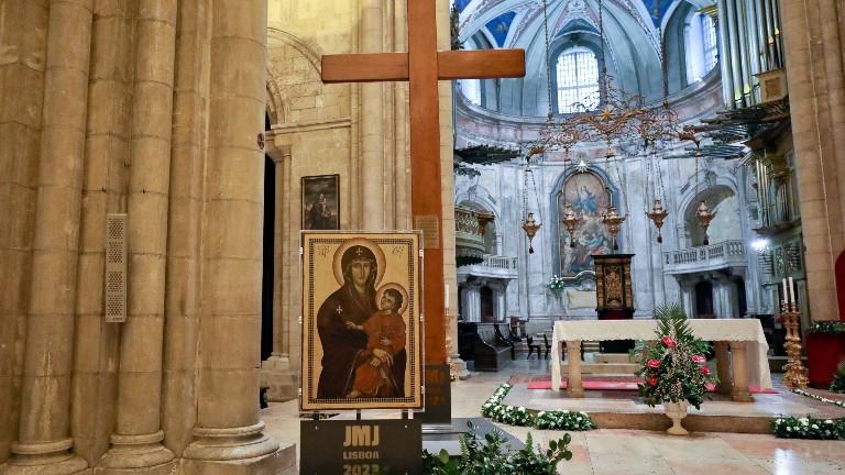 a cruz e o ícone de nossa senhora, símbolos da JMJ
