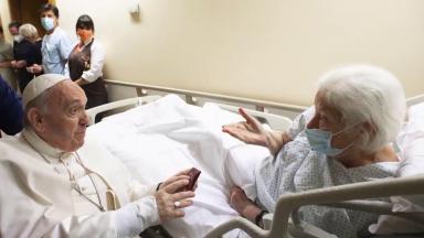 Papa segue internado, em reabilitação e se recuperando