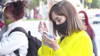 Brasileiro fica quase 5 horas por dia em aplicativos de celular