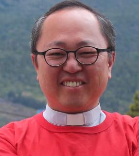 """padre emiliano hong arquivo pessoal Padre entrega bombons após confissões: """"Perdão de Deus é doce"""""""