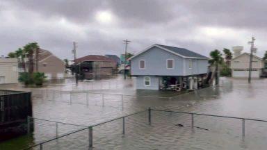 Nos Estados Unidos, passagem de Nicholas deixa casas submersas