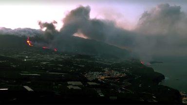 Lava de La Palma chega ao mar, autoridades temem gás tóxico