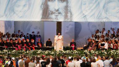 Estamos no mundo para sermos amados e amar, diz Papa aos jovens