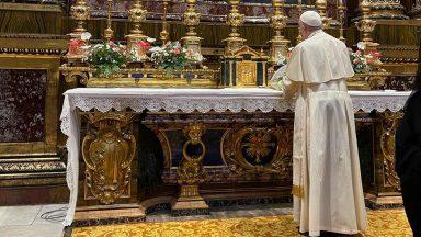 Papa reza na Basílica de Santa Maria Maior por sua viagem