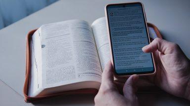 Materiais impressos e apps evangelizam a partir da Palavra de Deus