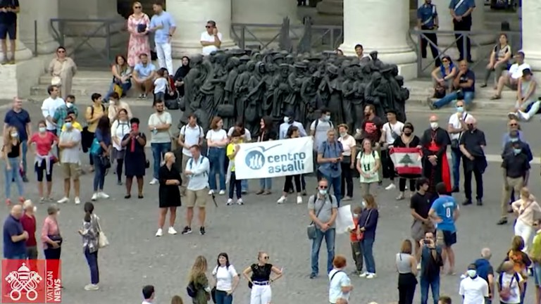 monumento dedicado aos migrantes na praça são pedro