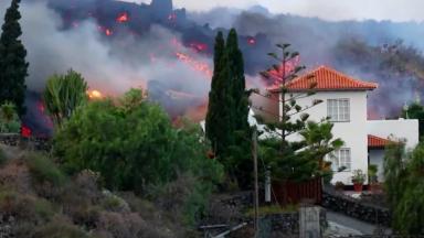 Lava de vulcão em erupção chega a casas nas Ilhas Canárias