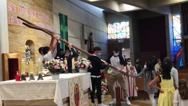 Jovens espanhóis aguardam a chegada da réplica da Cruz da JMJ