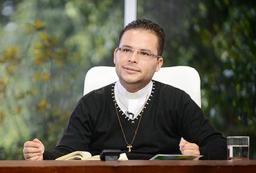 """""""As perguntas de Jesus eram para que Pedro assumisse que O amava, e assim voltasse para Deus"""", afirma padre Arlon."""
