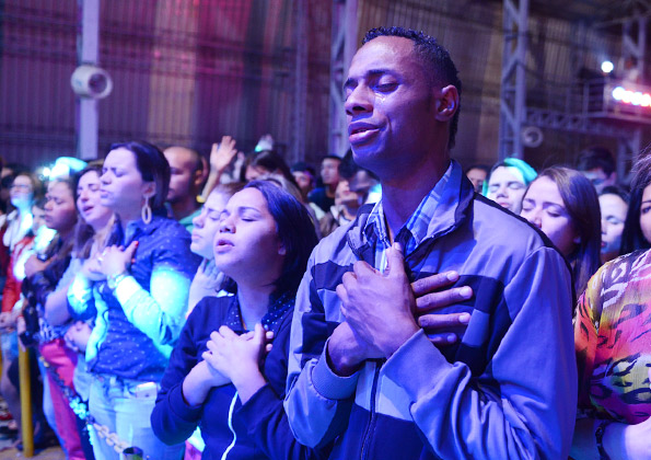 Peregrinos rezam durante show do Tony Allysson / crédito da foto: Wesley Almeida